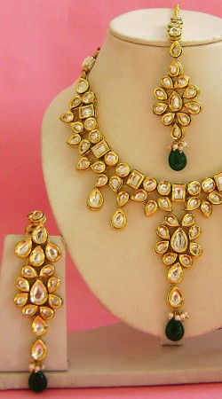 N003896 Fashionable Rama Green Kundan Necklace Set with Tika